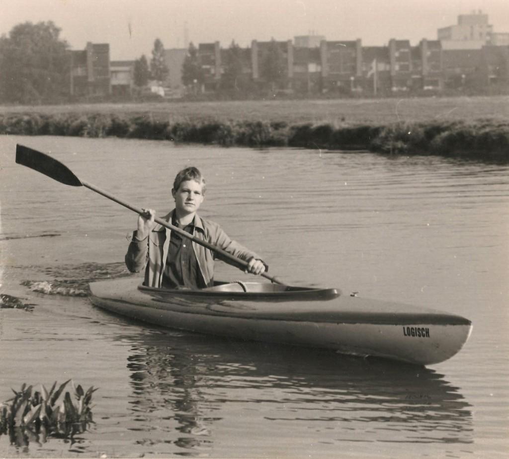 Bertio foto vroeger 'SBT met kano naar school in Leeuwarden Courant p1