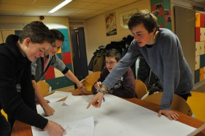 Leerlingen van de tuincommissie zijn bezig met het ontwerpen van het nieuwe plein.